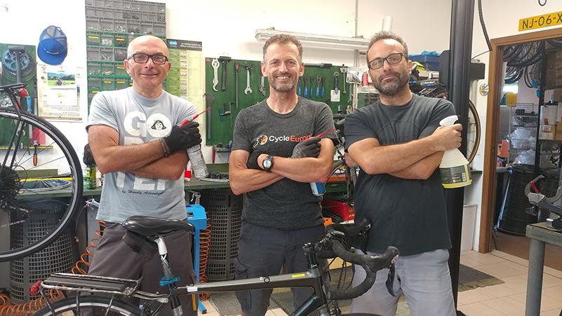 i meccanici dell'officina bici a faenza
