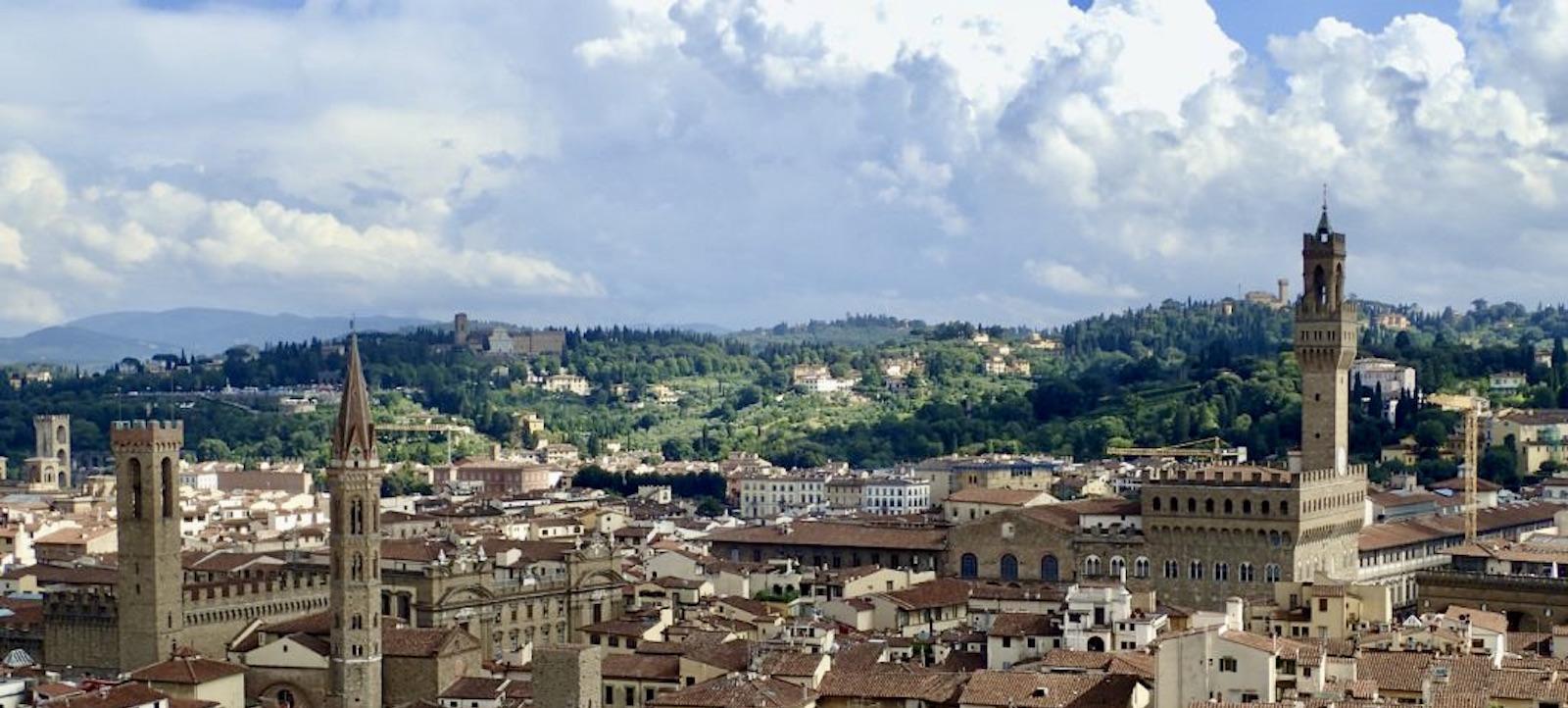 skyline di Firenze con torri rinascimentali e colline