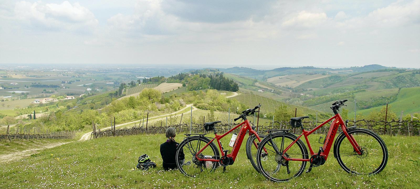 ciclista con dueetrek bike guarda paesaggio colline Bertinoro
